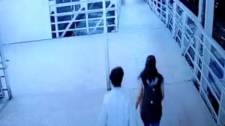 ਮੁੰਬਈ ਦਾ ਸ਼ਰਮਸਾਰ ਕਾਂਡ : ਰਾਹ ਚੱਲਦੀ ਕੁੜੀ ਨਾਲ ਇਸ ਸ਼ਖਸ ਨੇ ਕੀਤੀ ਗੰਦੀ ਹਰਕਤ, ਘਟਨਾ CCTV 'ਚ ਕੈਦ