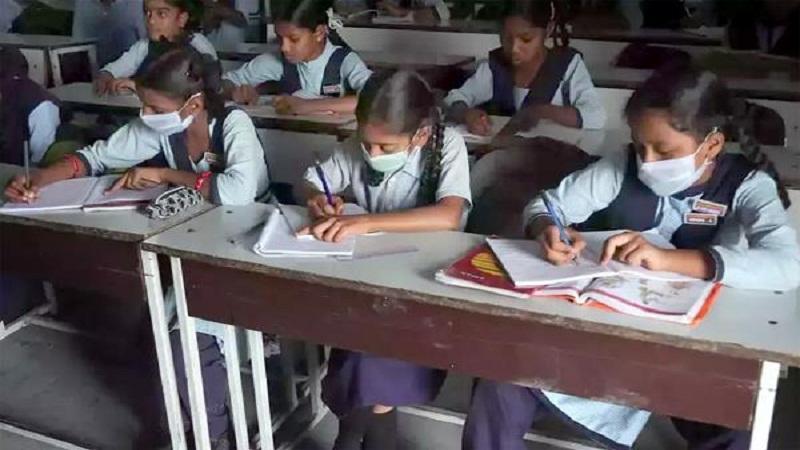 ਕੋਰੋਨਾਵਾਇਰਸ ਕਾਰਨ ਪੰਜਾਬ 'ਚ ਸਕੂਲੀ ਪ੍ਰੀਖਿਆਵਾਂ ਮੁਲਤਵੀ, 31 ਮਾਰਚ ਤੱਕ ਸਟਾਫ਼ ਨੂੰ ਵੀ ਛੁੱਟੀ 'ਤੇ ਭੇਜਿਆ