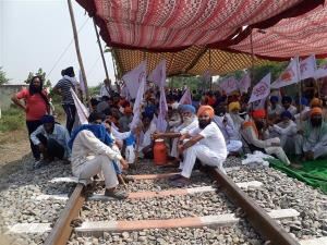 Rail Roko Andolan Today: ਹਰਿਆਣਾ-ਪੰਜਾਬ 'ਚ ਰੇਲ ਪਟੜੀਆਂ 'ਤੇ ਬੈਠੇ ਕਿਸਾਨ, ਲਖਨਊ 'ਚ ਧਾਰਾ 144 ਲਾਗੂ